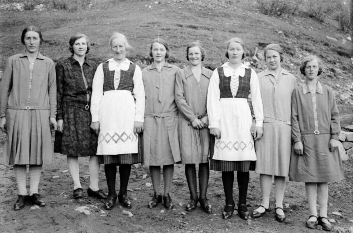 8 festkledde damer.