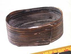Liten oval eske (ask), Sveipet av tre. Oval bunn, rettsidet eske, lokk mangler.  Lå inni den større ovale esken med  myntene, knapper, de to signeter m. m.