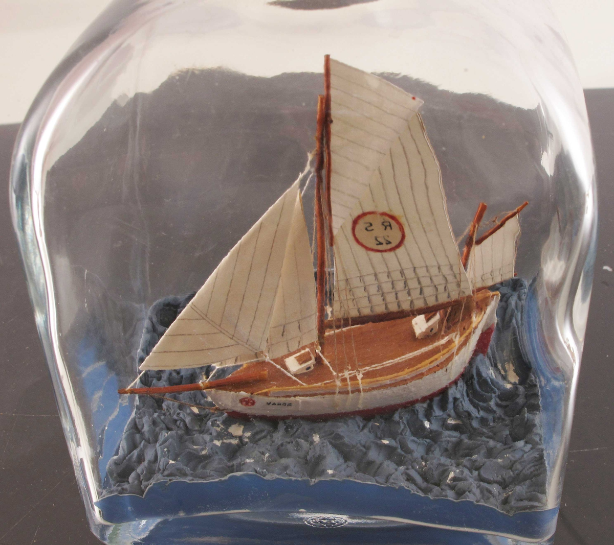 """Redningsskøyta """"Vardø""""  for fulle seil, seilene streket opp med blyant og har merke  R S 22. Og navn ved baugen:  Vardø. Colin Archer-type."""