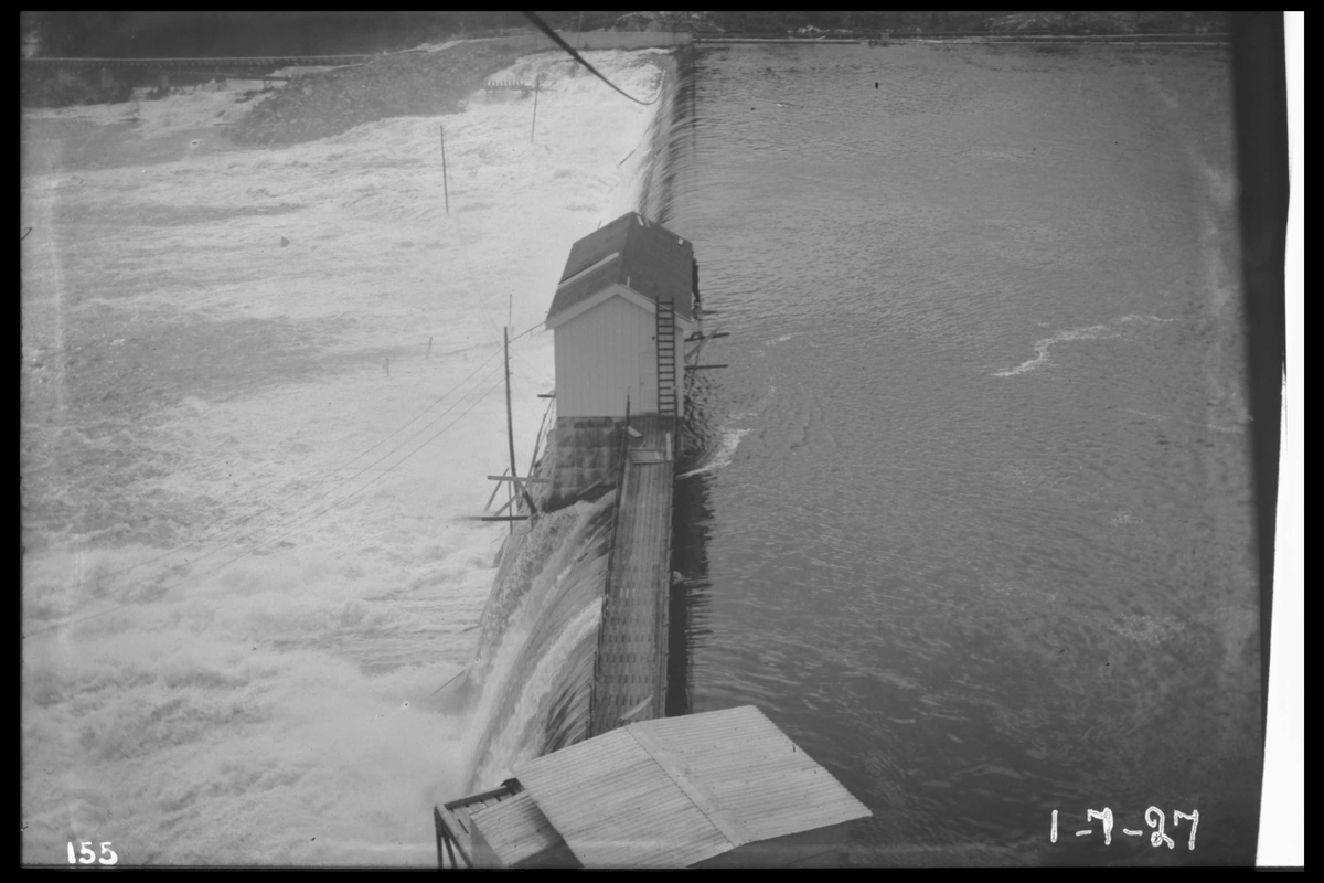 Arendal Fossekompani i begynnelsen av 1900-tallet CD merket 0010, Bilde: 36 Sted: Flatenfoss i 1927 Beskrivelse:  Dammen med overløp i flom