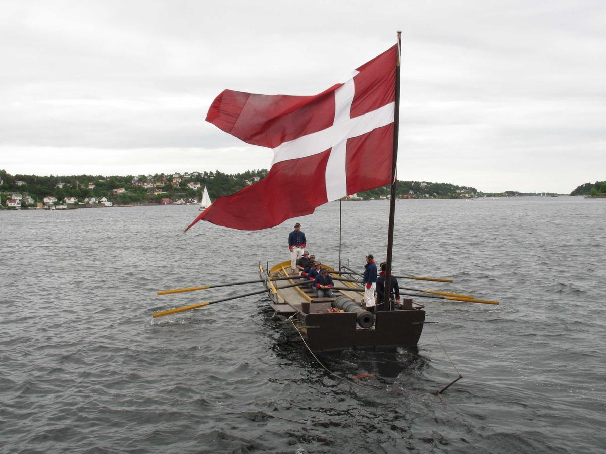 Kanonjolla Øster Risør III på Arendal havn under arrangementet Kjæmpestaden i 2005. Flagget Danebrog på akterstevnen.