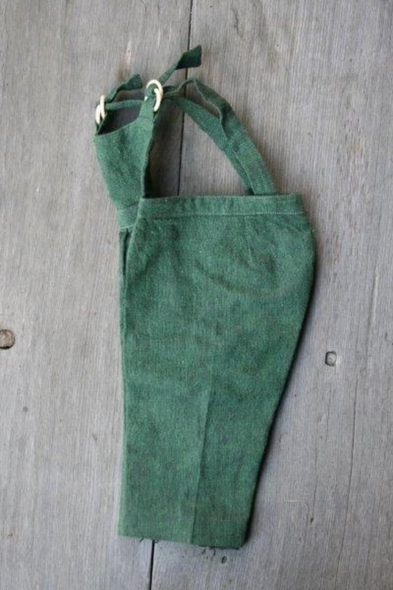 Selene er regulerbare ved hjelp av to ringer på hver side. To legg i livet, buksen er presset i forlengelsen av disse leggene. Åpnes bak med to trykknapper.