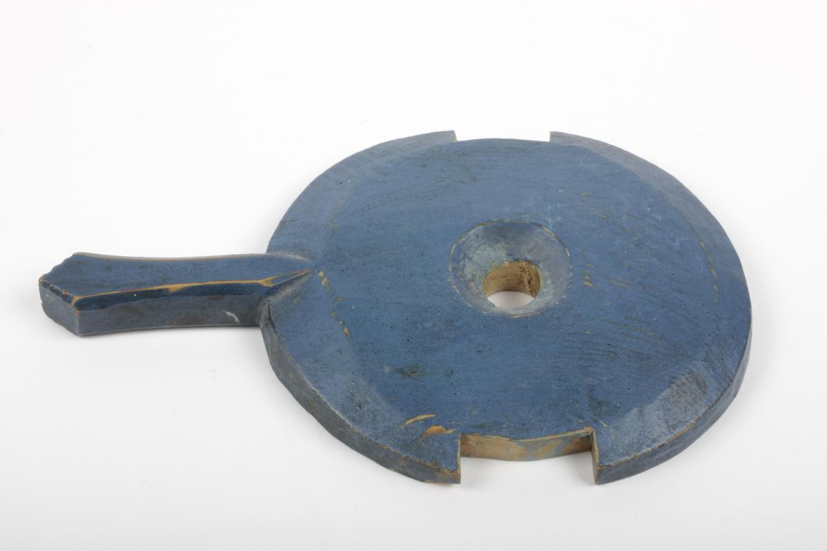 A: Nåletre/jern, lagget, malt, 5 staver, to av stavene er for- lenget (ulik lengde) brukt som håndtak/feste for lokk. Holdt sammen m/jerngjorde, naglet, nederste del beiset. Bunnen falset B: Nåletre, 2 stk. sirkulær pinne, spikket til nederst slik at den passer til hullet i krossen. C: Nåletre, ett stk., sirkulær form, skåret inn i sidene slik at det passer til oppstanderne i kinna, hull i midten som kinnekrossen går igjennom. Tidl. reg. nr.: 103. Bruken: antagelig leketøy (reg.)