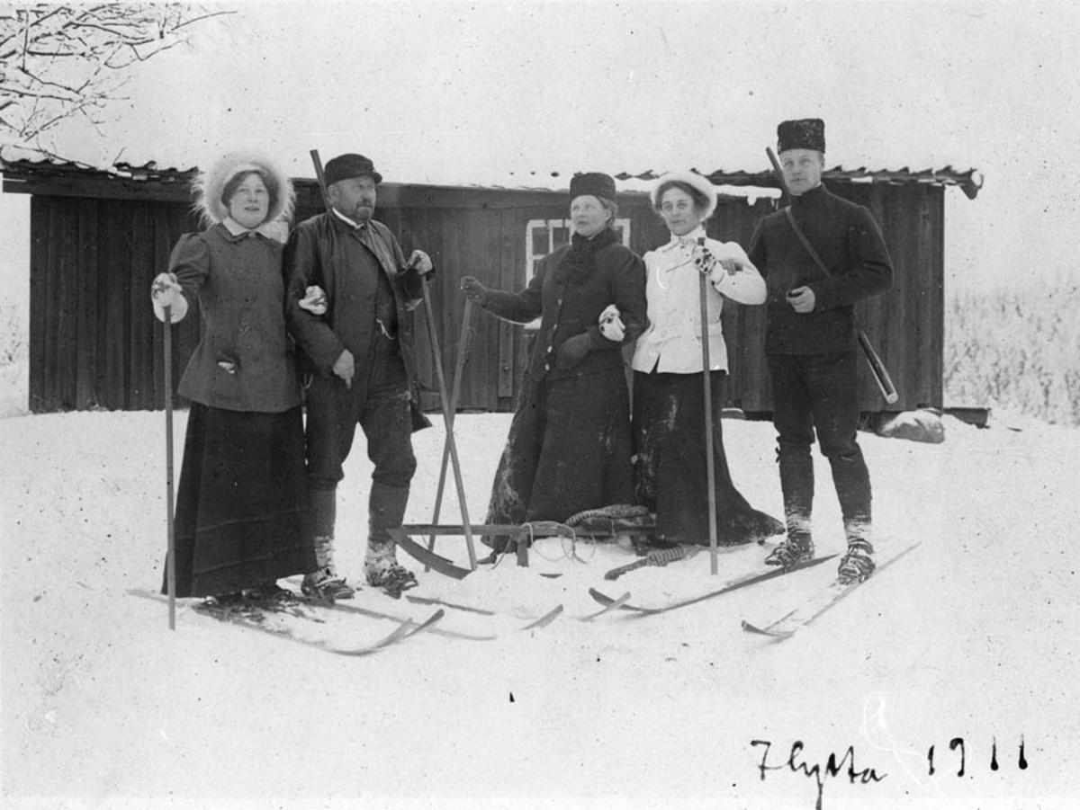 Fra hytteur v/Langen. Fem personer på ski.