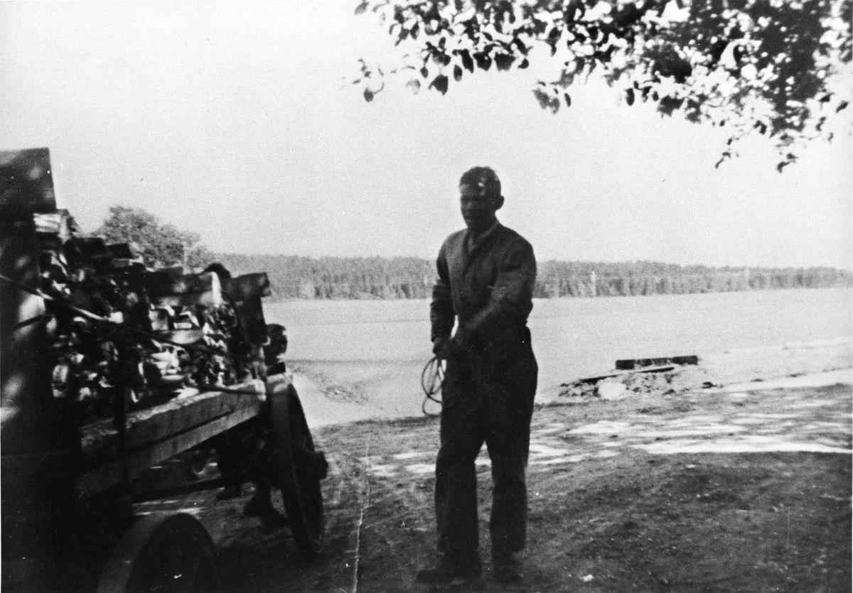 Fredrik Sverdrup kjører ved til gården Riis.