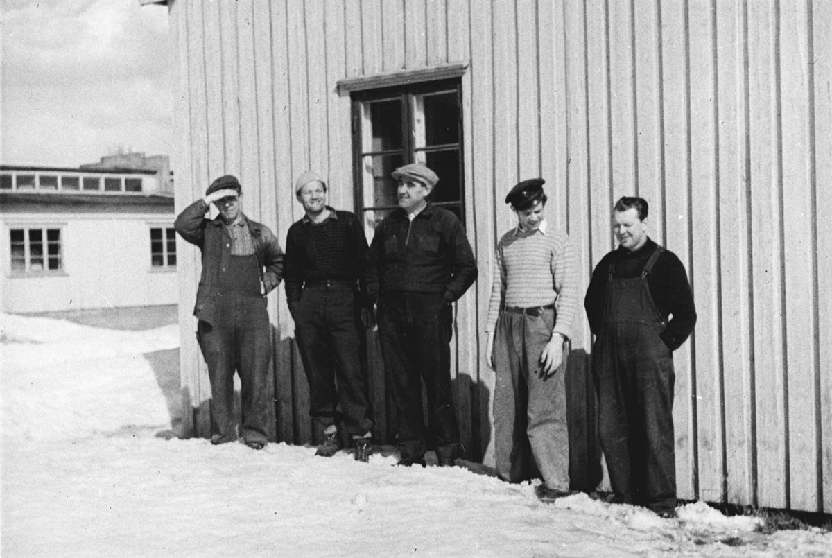 Fem menn utenfor Moerveien Trevarefabrikk. Startet 1947, Fabrikerer dører,vinduer.