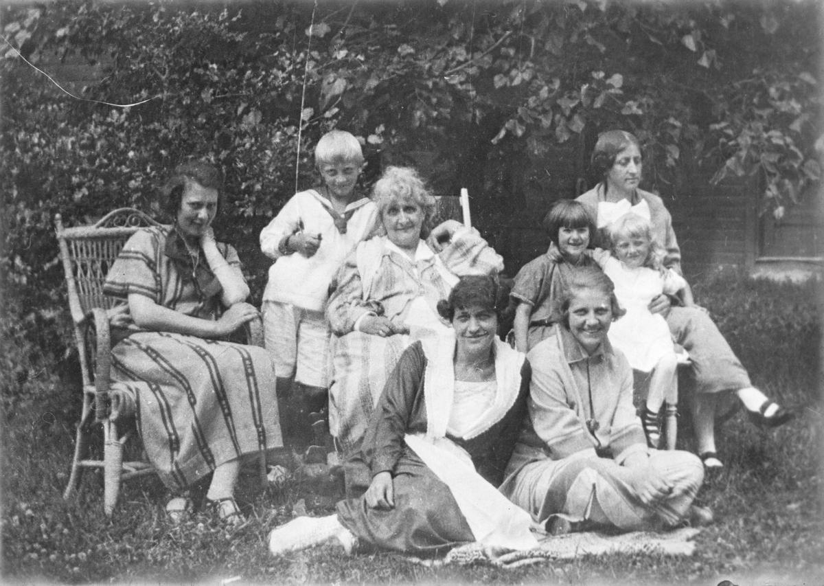 """Familiebilde fra hagen til """"Soleglad""""."""