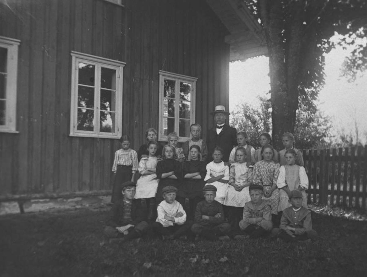 Elevene ved bruksskolen og lærer Lystrup (?).