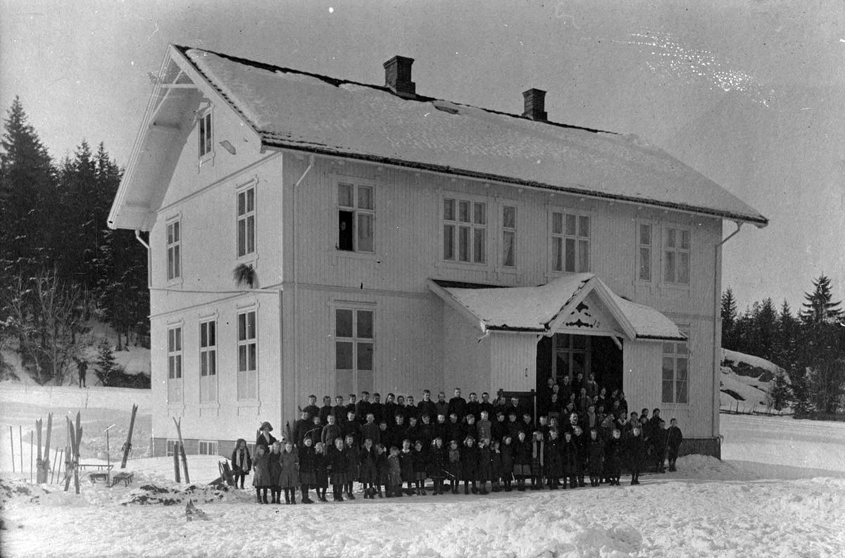 Første Rud skole med elever.