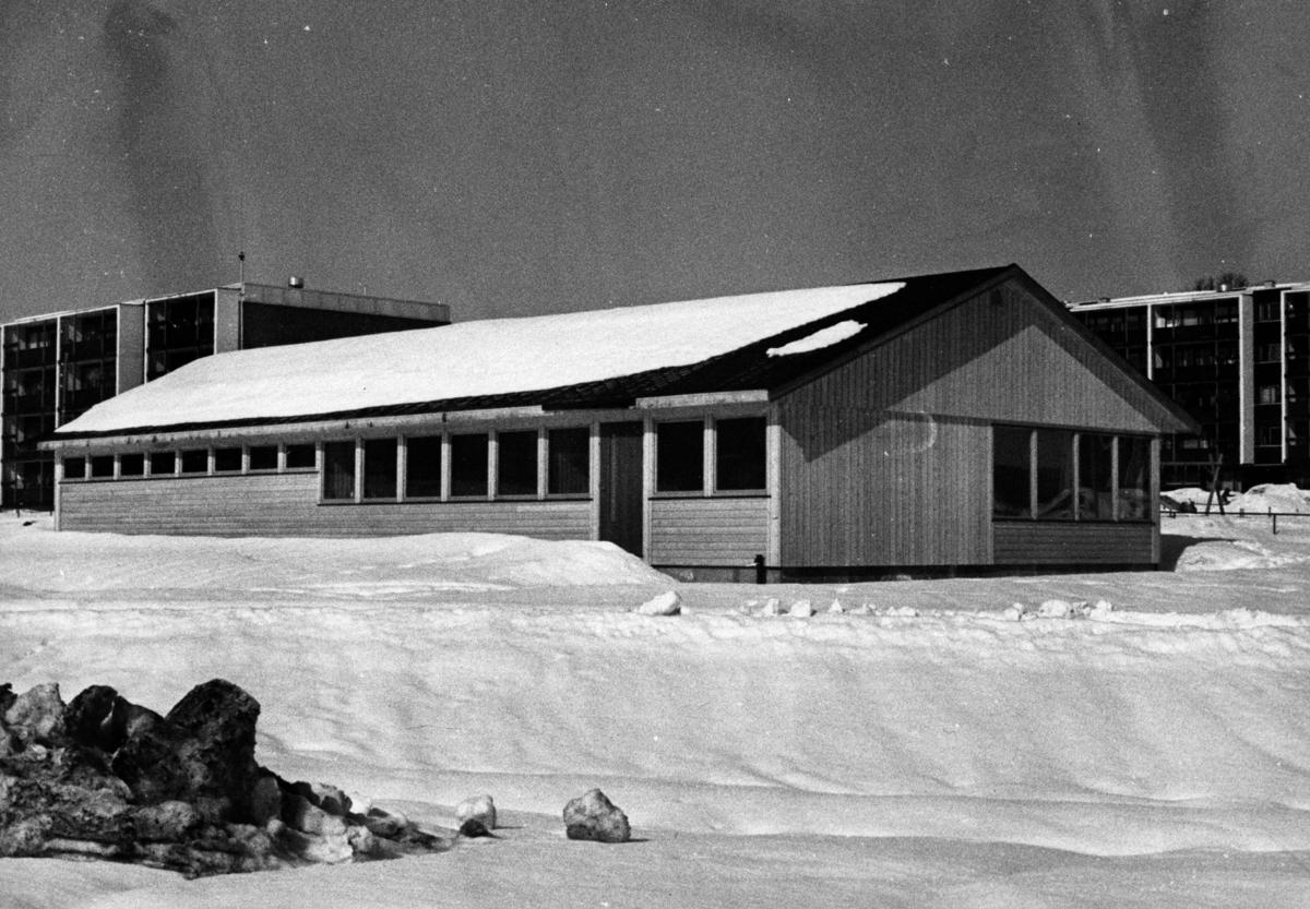 Grendehuset på Løken, bak: boligblokken Løken.