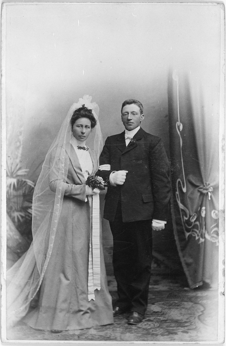 Brudepar fra Nordbygda. Ragnhild Moe f.Thori og Olaus Moe.
