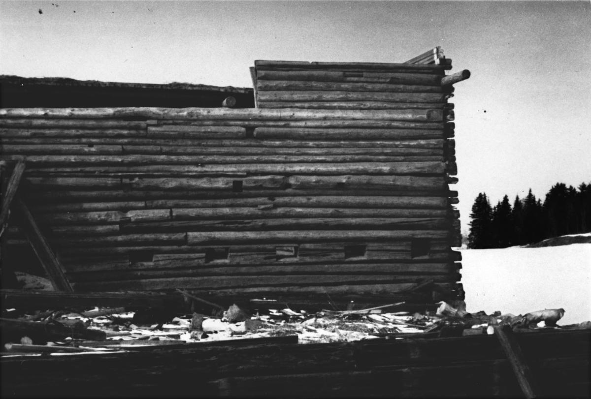 Fra riving av låven som ble ca. 200 år gammel.