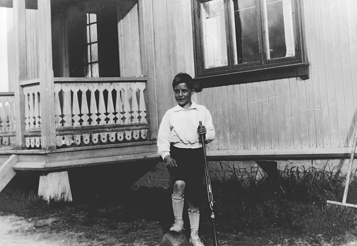 Opakermoen, gutt med gevær, (Fosseie).