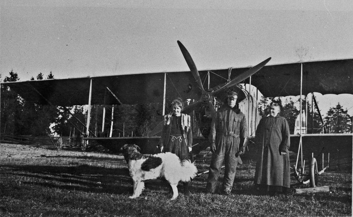 Fly av type dobbeldekker. På Johnsrudsletta 1922. Dagny, Bjarne, fru Nielsen.