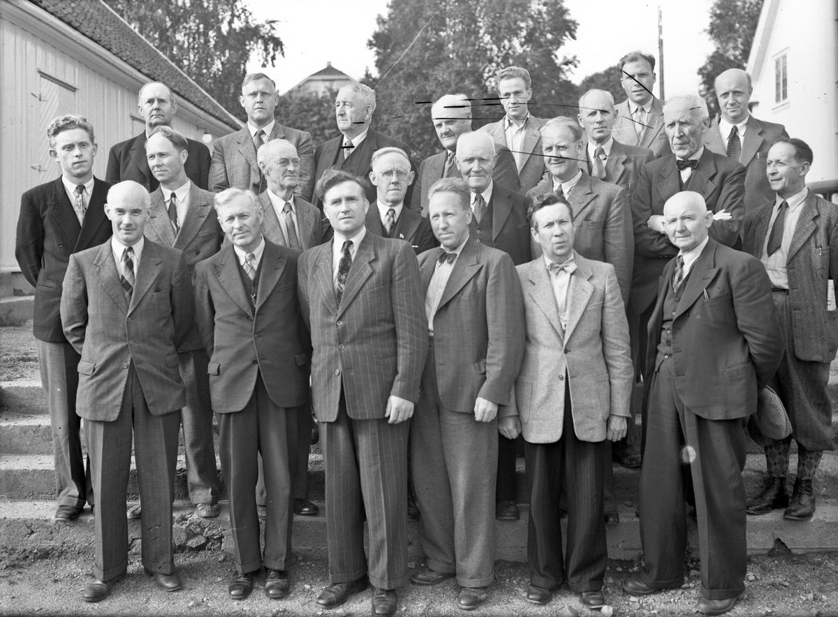 Gruppe menn. Lærere? Lærer Otto Norheim noe bak til høyre.