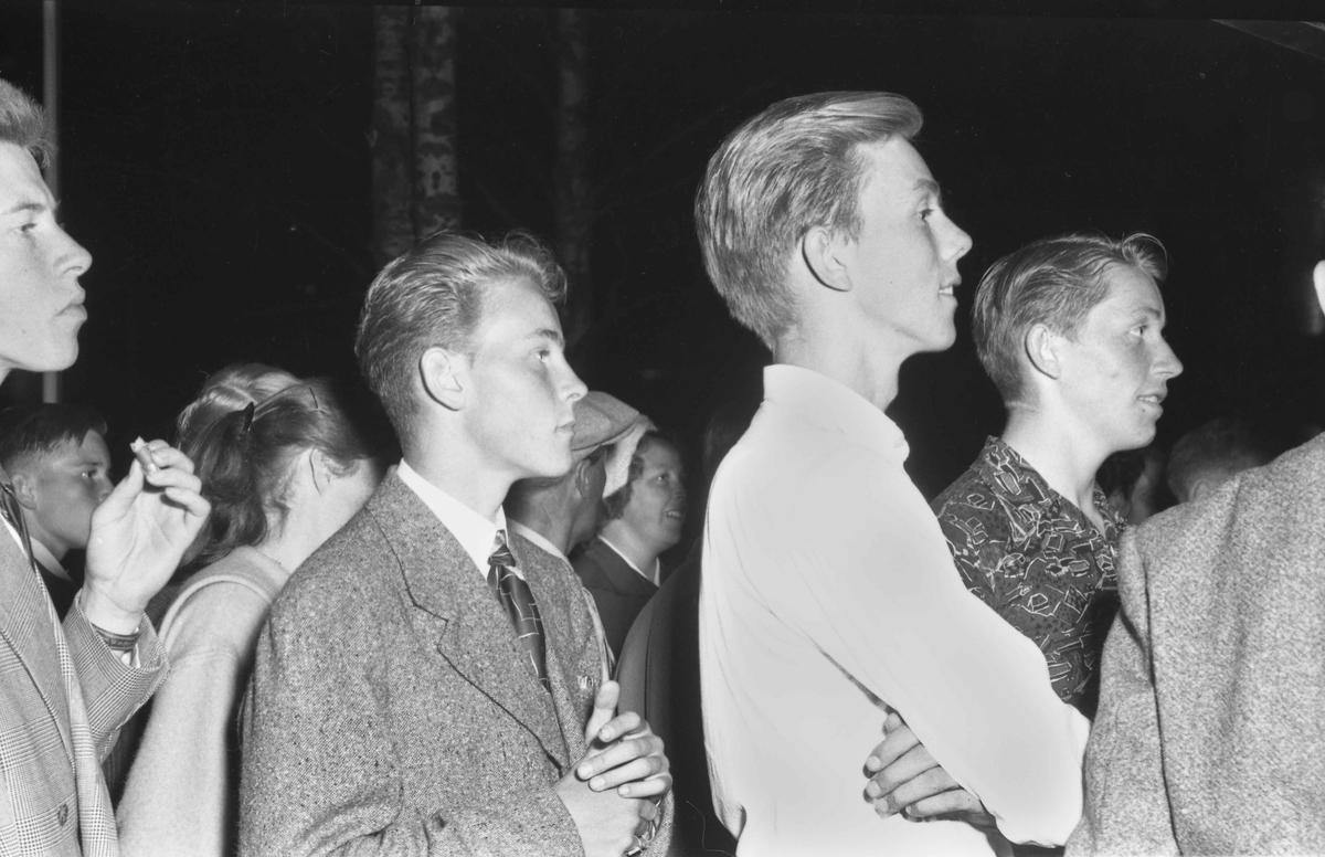 Ungdom på Bygdeutstillingen i 1955.
