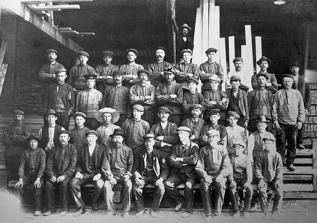 Gruppebilde. Sagarbeidere ved Høibraatensaga på Hoelstangen. Ca 1900. Mannen midt i bildet med kryss på lua er Nicolay Hansen.