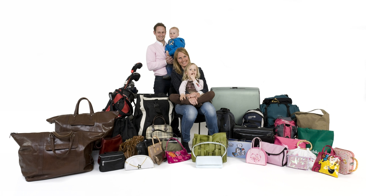 Vesker. Intervjupersoner - familie med to mindre barn - og alle familiens private vesker. Studiobilde i forbindelse med samtidsdokumentasjonsprosjekt - Veskeprosjektet 2006