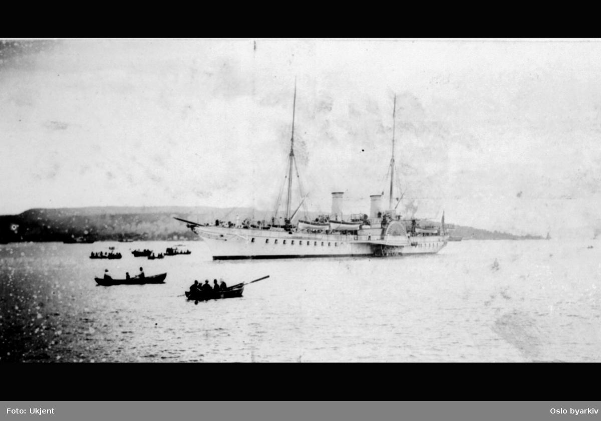 Hjuldamper og småbåter på Oslofjorden. Sannsynligvis fra den tyske keiserens besøk 1. juli 1890. Se også serien A-20031/U/0007/001 - 003.
