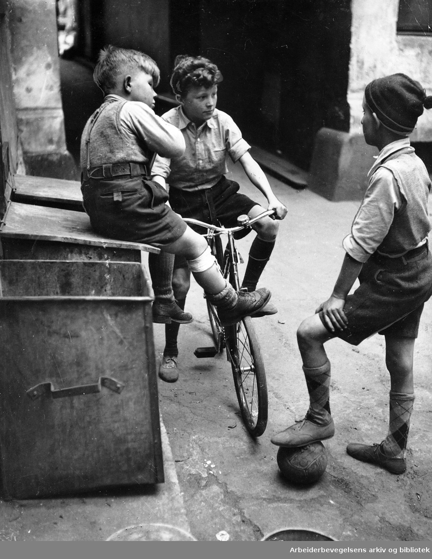 Tre gutter i et gårdsrom i Schweigaardsgate,.juli 1949.