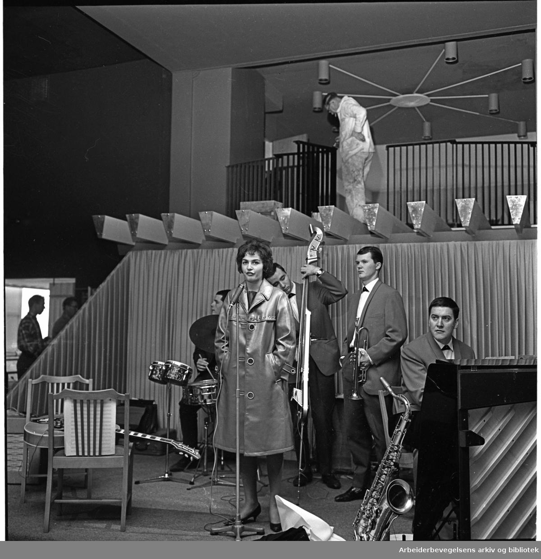 Lise Boots fra Mosjøen med Kjell Karlsens Rondo Band,.prøver før åpningen av Rondo,.26. september 1962..