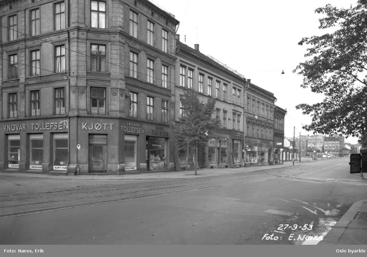 Grønlandsleiret krysset Mandalls gate. Kjøttforretning, butikker. Grønlands torg i bakgrunnen.