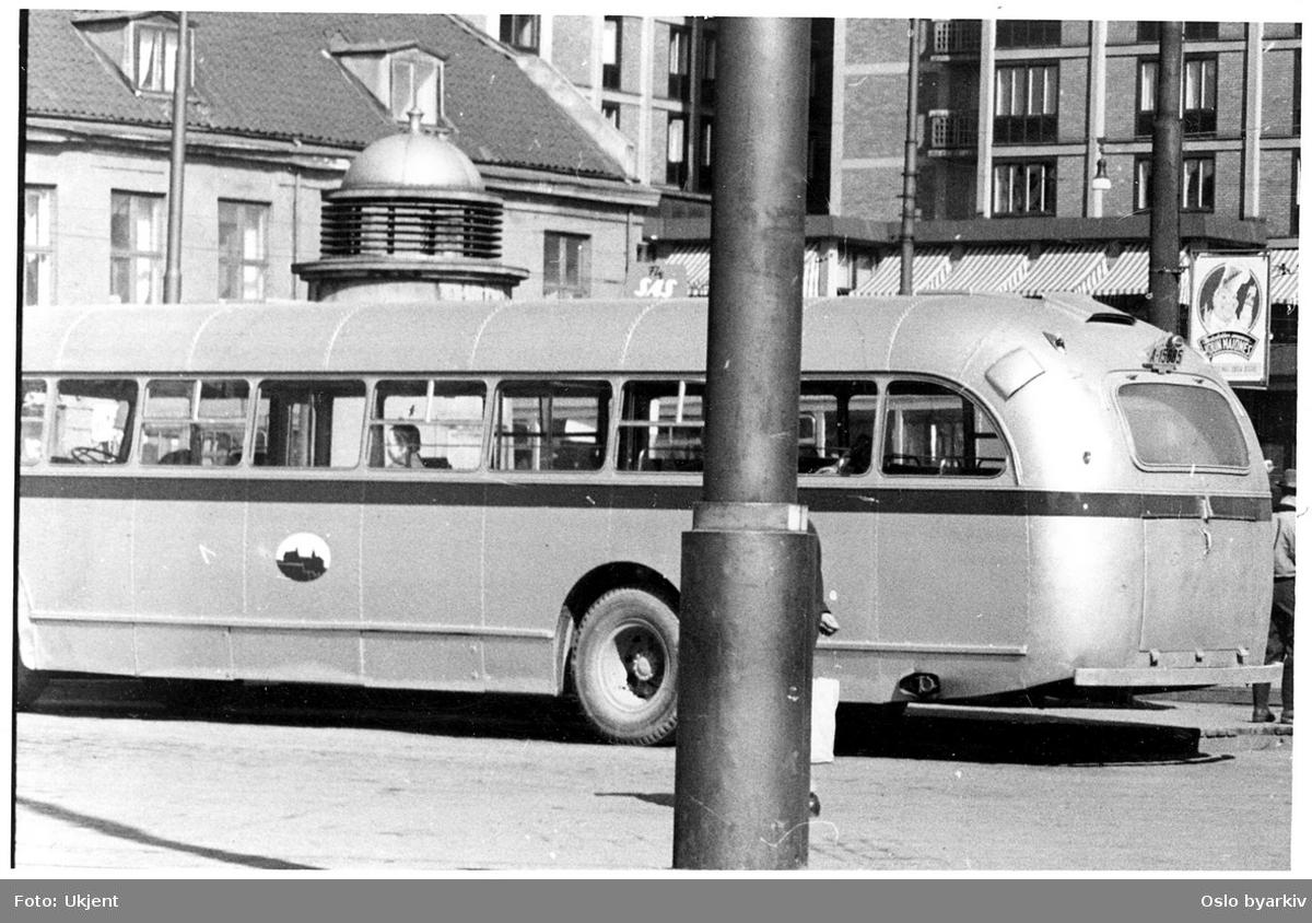 Oslo Sporveiers turbuss, Larvik/Leyland. Jernbanetorget, med Hotell Viking i bakgrunnen