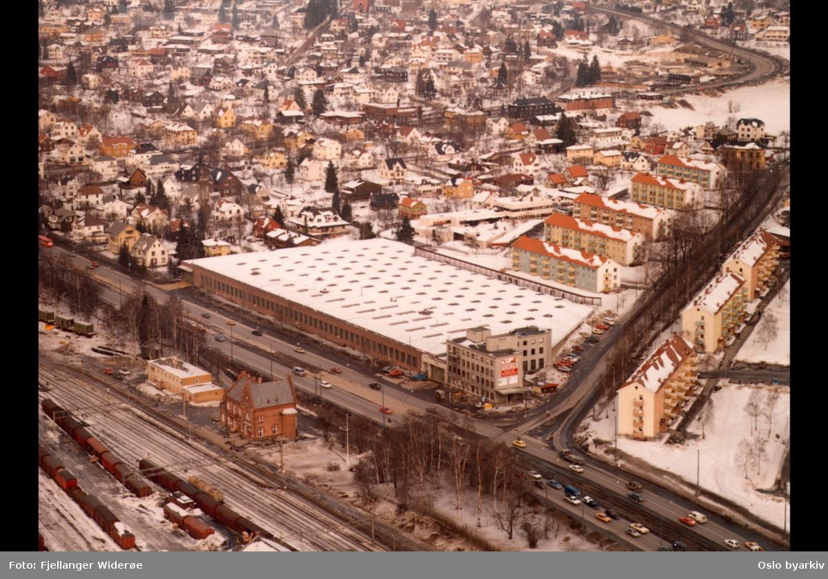 Trikkestallen på Grefsen. Store Ringvei, Kjelsåsveien, Norde Åsen, Grefsen jernbanestasjon. Villabebyggelsen på Grefsen i bakgrunnen. (Flyfoto)