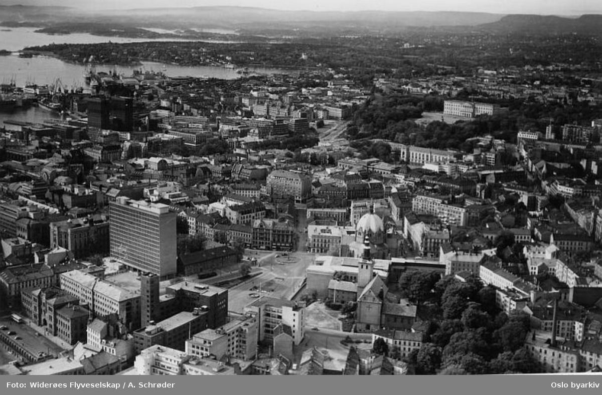 Høyblokken, det gamle Militærhospitalet kanses i front av høyblokken, Møllergata 19, Margaretakirkan, Trefoldighetskirken (Flyfoto)