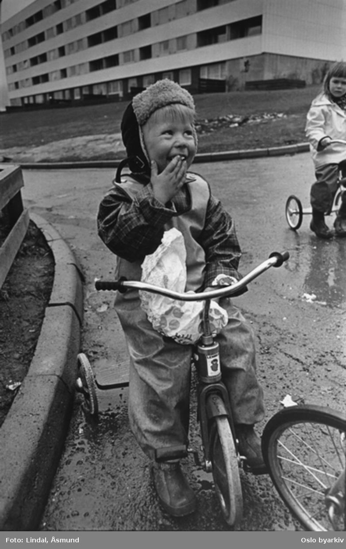Barn på trehjulssykkel. Fotografiet er fra prosjektet og boka ''Oslo-bilder. En fotografisk dokumentasjon av bo og leveforhold i 1981 - 82''. Kontakt Samfoto ved ev. bestilling av kopier.