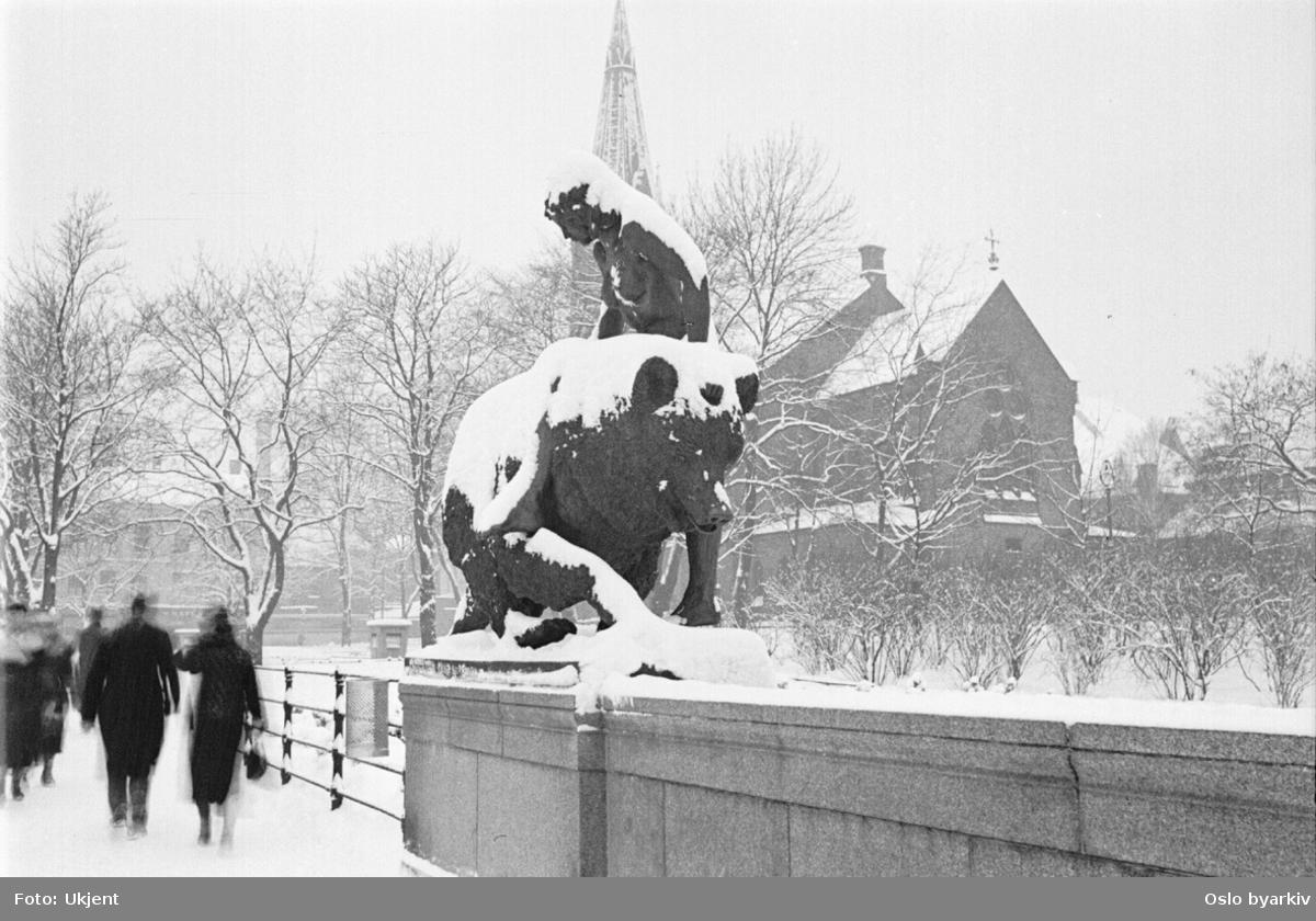 """Ankerbrua sett mot Jakob kirke. Skulpturen """"Kvitebjørn kong Valemon"""" av Dyre Vaa. Ved Akerselva"""