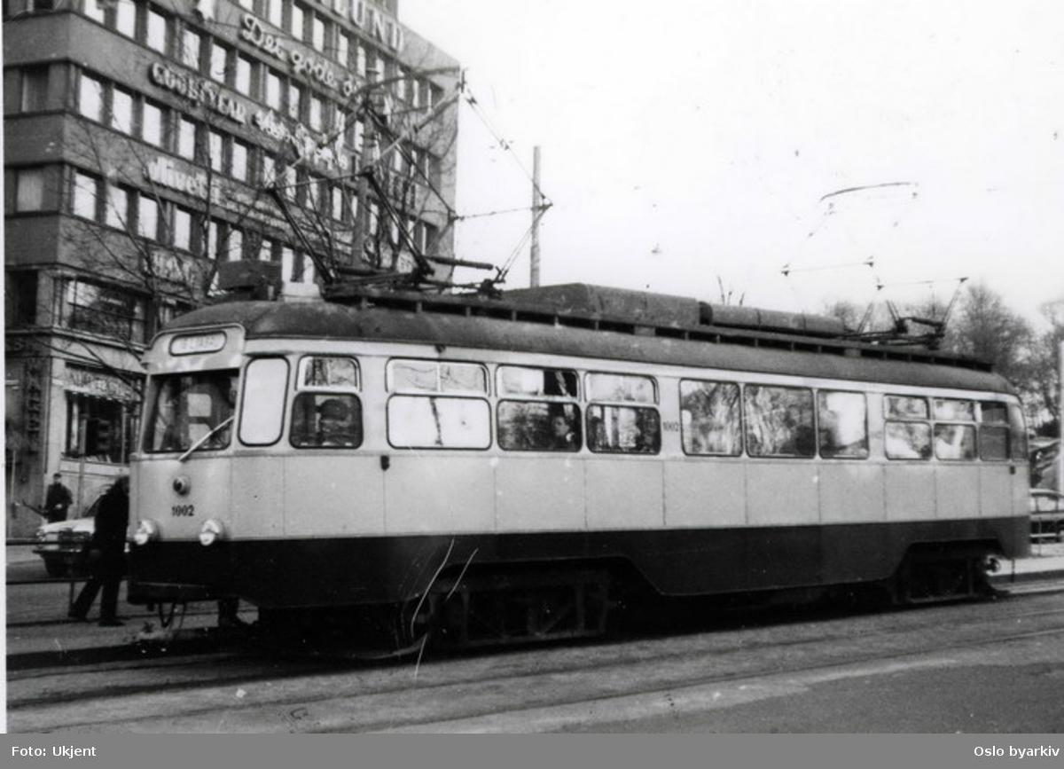 Oslo Sporveier. Trikk, ombygget motorvogn 1002 fra 1956, på linje 16, Skøyen - Ljabru. Trafikkerte på Ekebergbanen, utrangert 1974. Torstedgården i Stortingsgata.