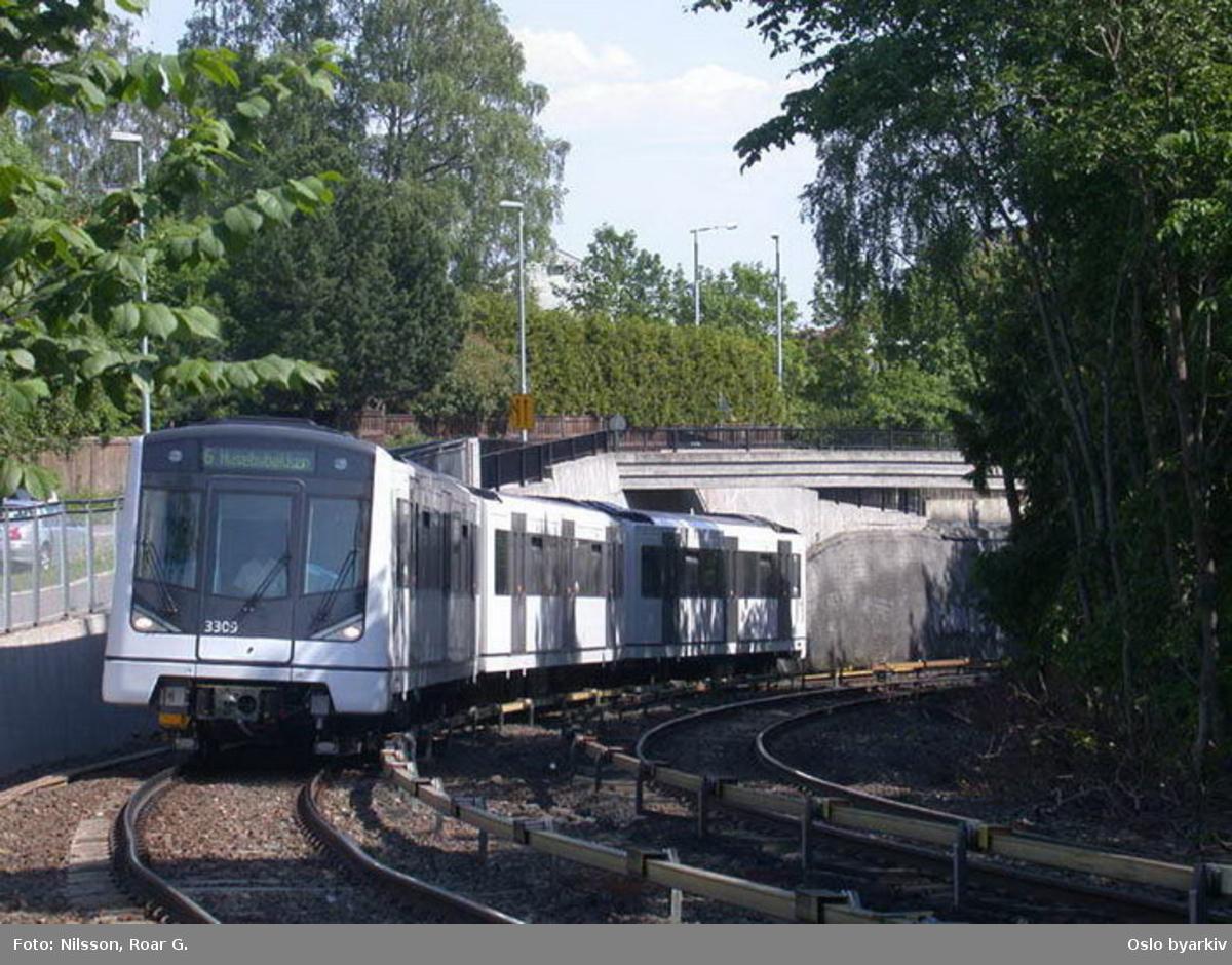 Oslo Sporveier. Nyeste T-banevogntype, M3000, vogn 3309 på linje 6 til Montebello opp bakken ved Sørbyhaugen.