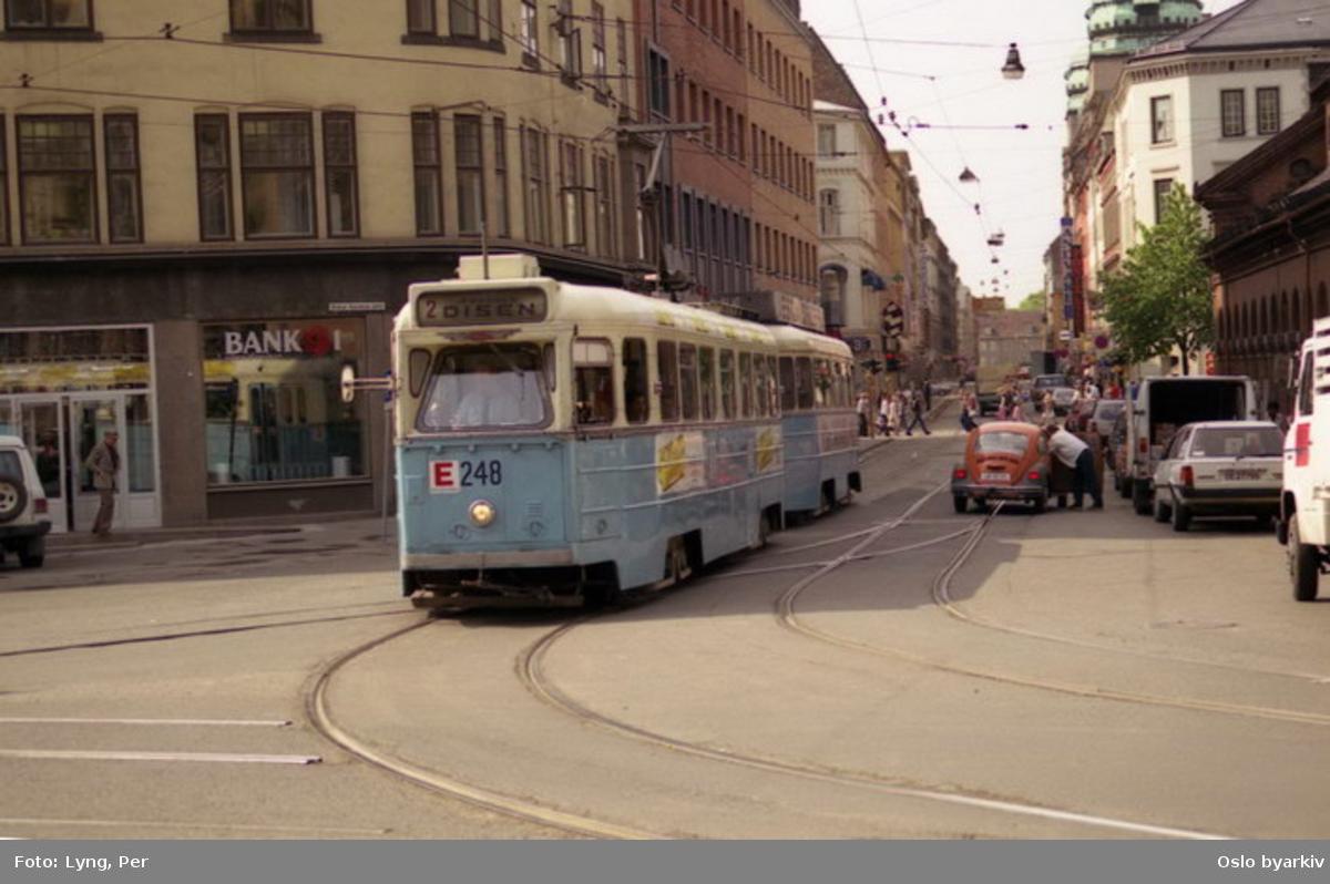 Oslo Sporveier. Trikk motorvogn 248 type Høka MBO på linje 2 til Disen, enmannsvogn i Dronningens gate ved Kirkeristen. (Sporet gjennom Dronningens gate nedlagt 31. mai 1987.)