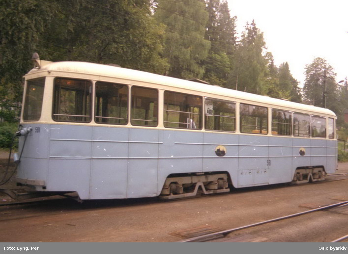 Oslo Sporveier. Trikk tilhenger 581 type STBO (fra 1953, tidligere Stockholmstrikk) linje 9, Ljabru-Kolsås, her ved Avløs stoppested.