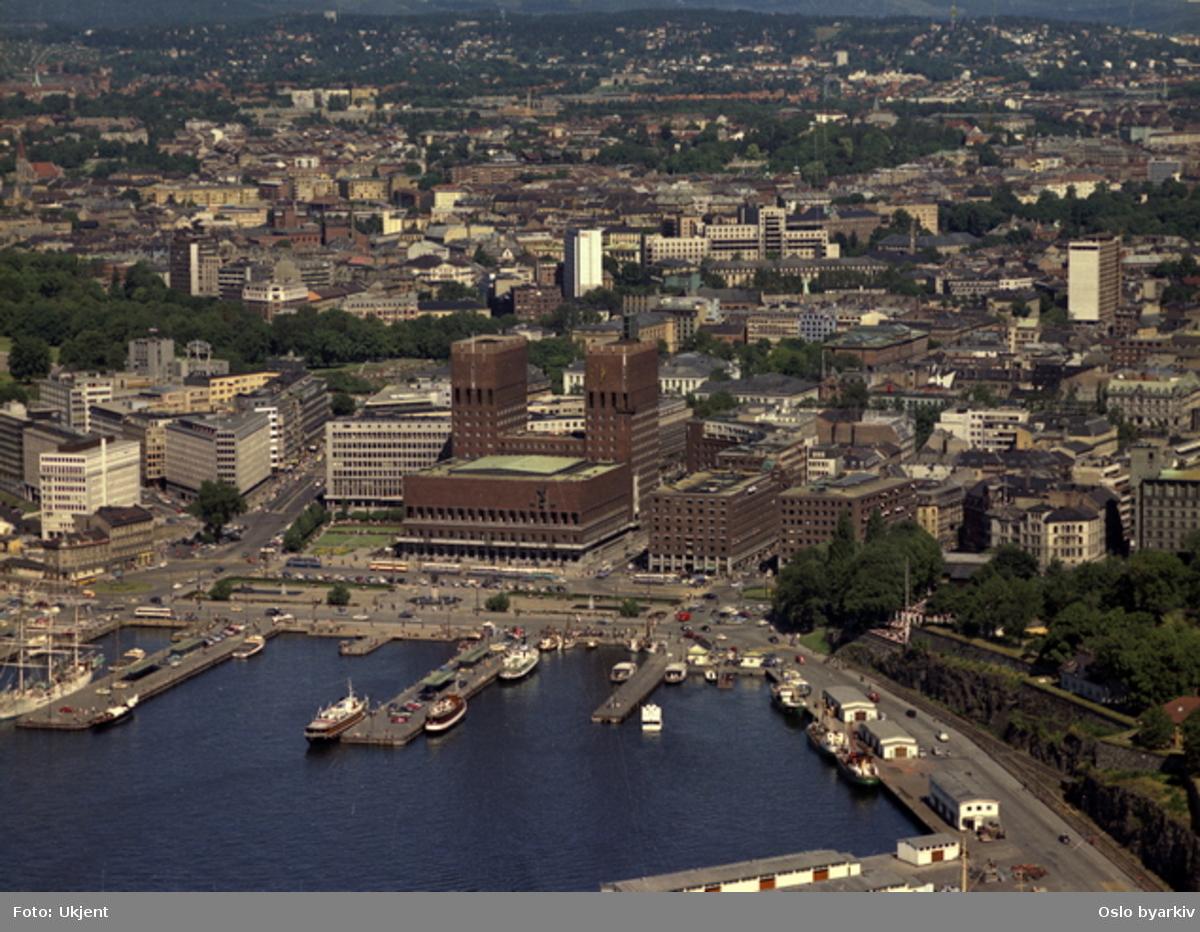 Oslo havn og Oslo sentrum, Rådhusbryggene, Pippervika, Akershuskaiene, Akershusstranda, Oslo rådhus, Rådhusplassen, Rådhusgaten, Olav Vs gate, (Flyfoto)