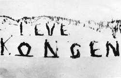 """""""Leve Kongen"""".Oppstilling av skiløpere..Vårdag 1941- da gutt"""