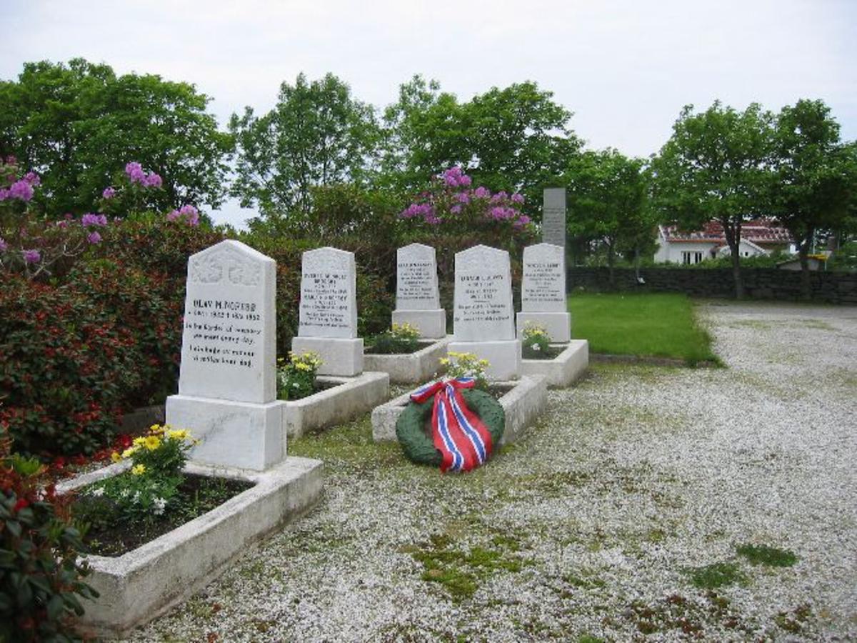 Se og graver ved siden av bauta Kjøreanvisning: Bautaen står inne på kyrkjebakken ved Austerheim kyrkje. Langs rv 565 fra Nordhordlansbroen.