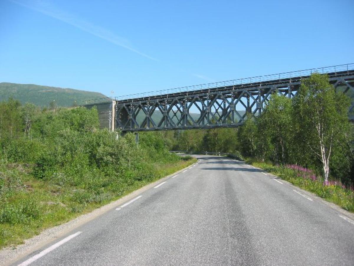 Jernbanebro av stål på store betong brokar.