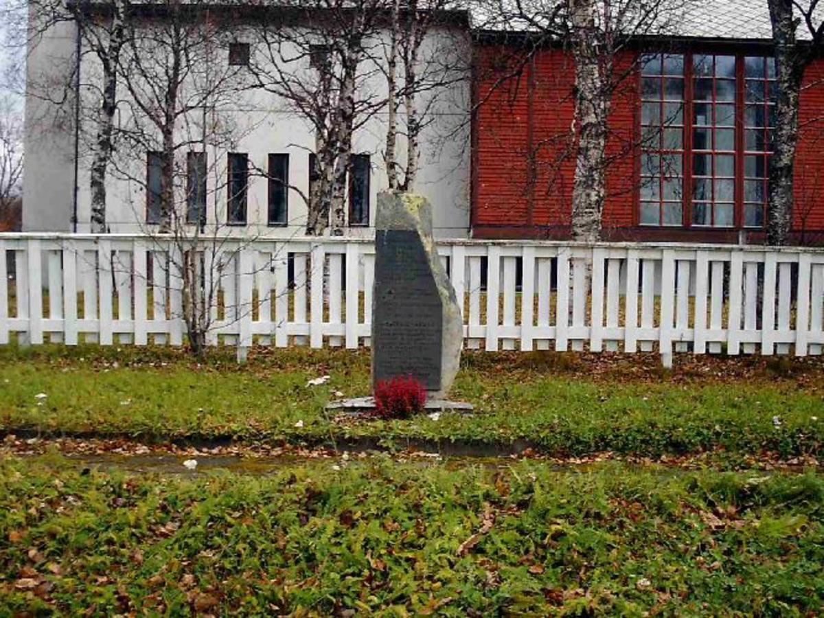 Minneplate i bronse på granitt