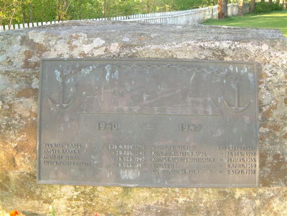 Bauta påmontert minnetavle i bronse med navnene på de falne.