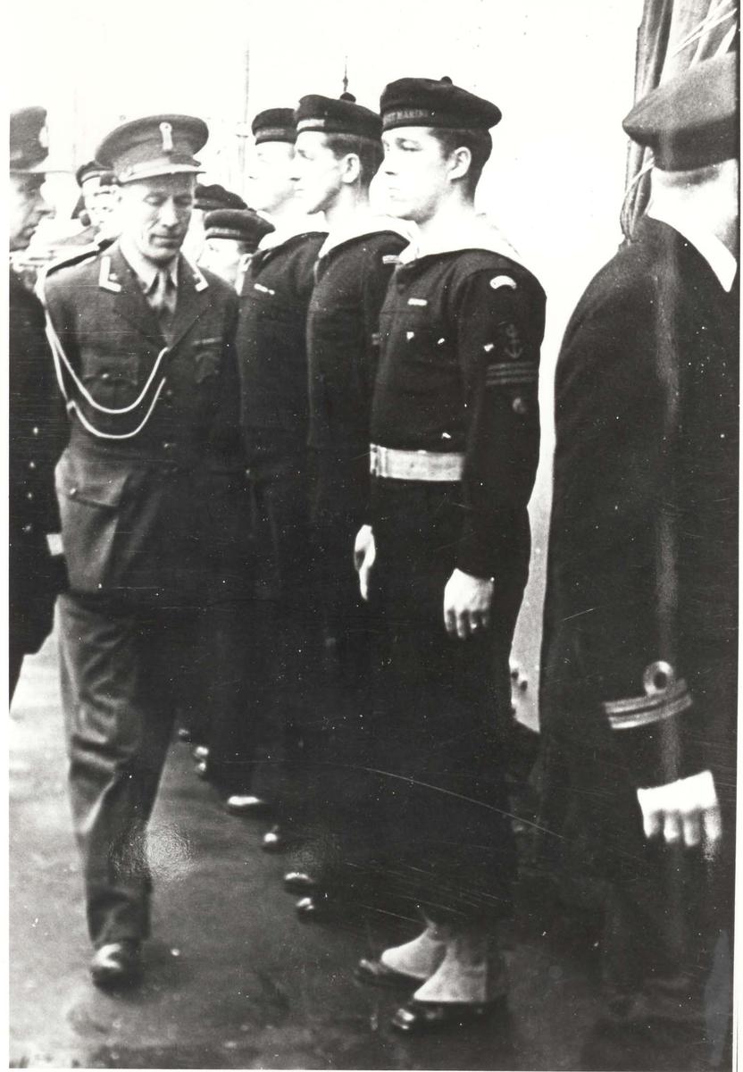 """Jageren """"Stord"""".  HM Kong Haakon VII. på inspeksjon under 2. VK. Kongens adjutant"""