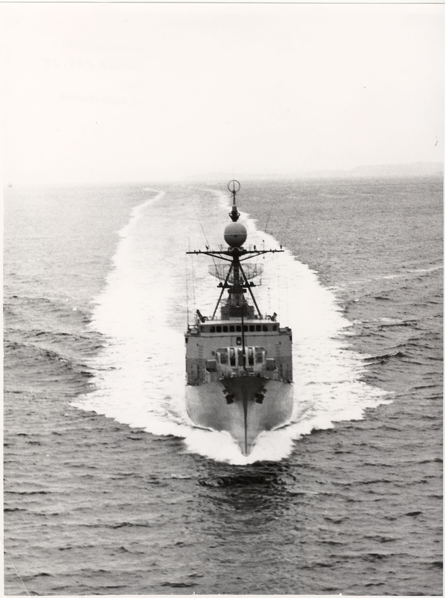 Oslo-kl. fregatt i sjoen, baugfoto.
