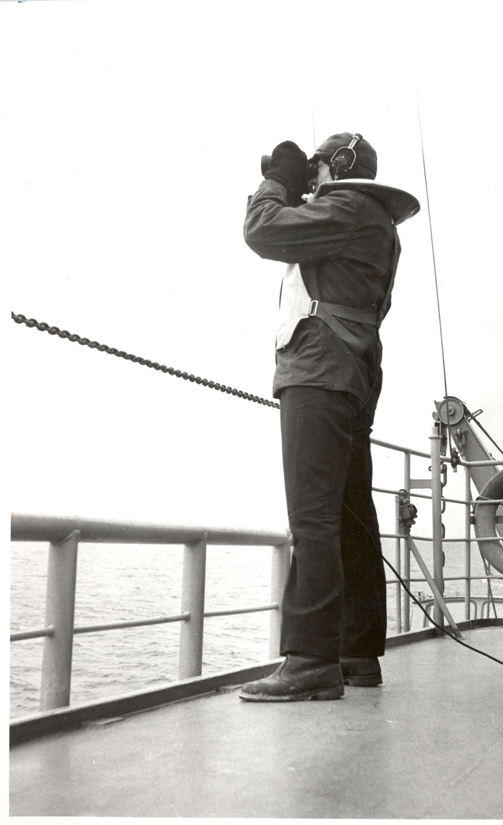 "Tjueen foto fra fregatten KNM ""Oslo"" under tjeneste vinteren 1967 i Nord-Norge. Livet om bord. Utkiken"