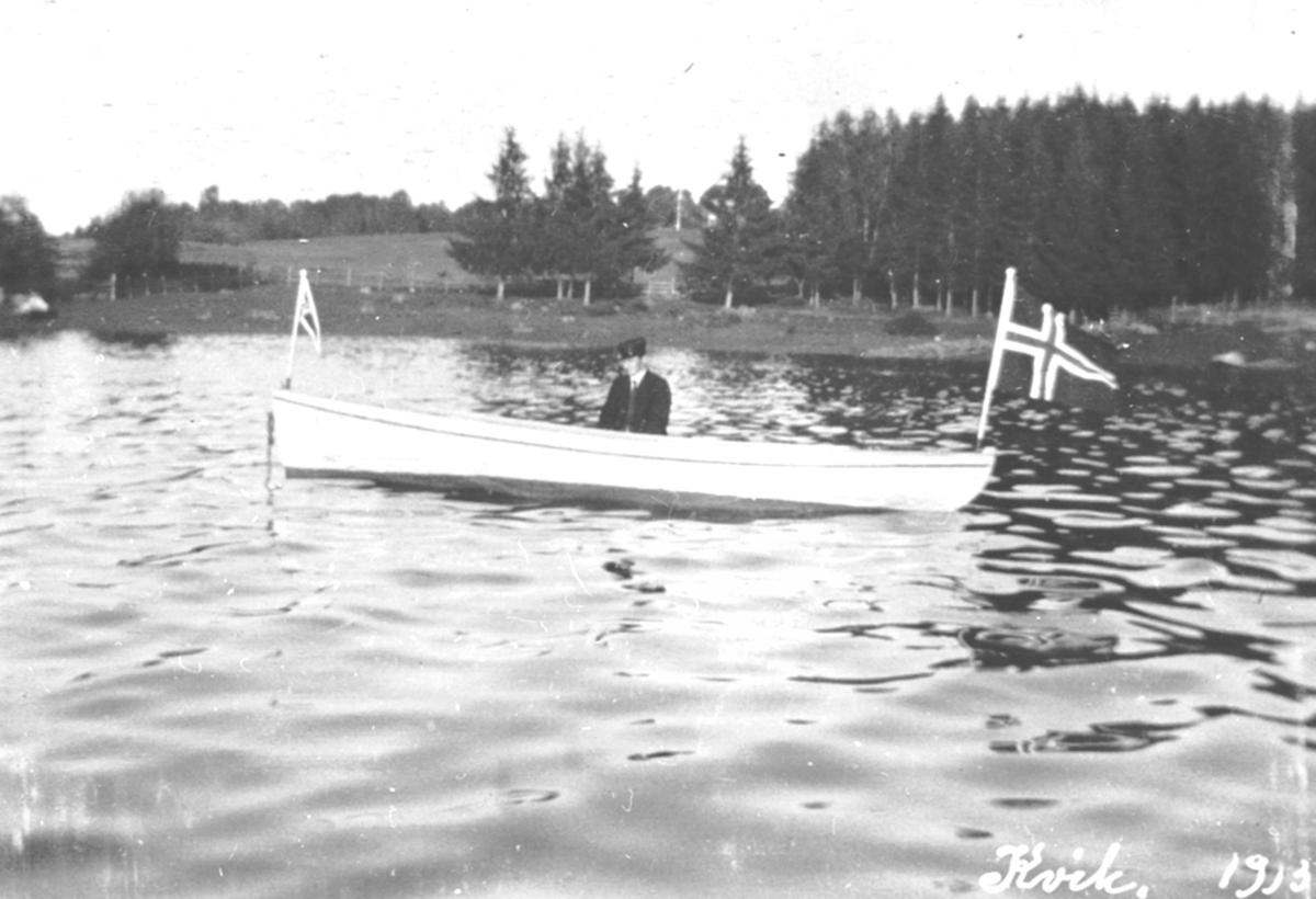 """Mann i motorbåten """"Kvik"""", Løken, Brumunddal."""