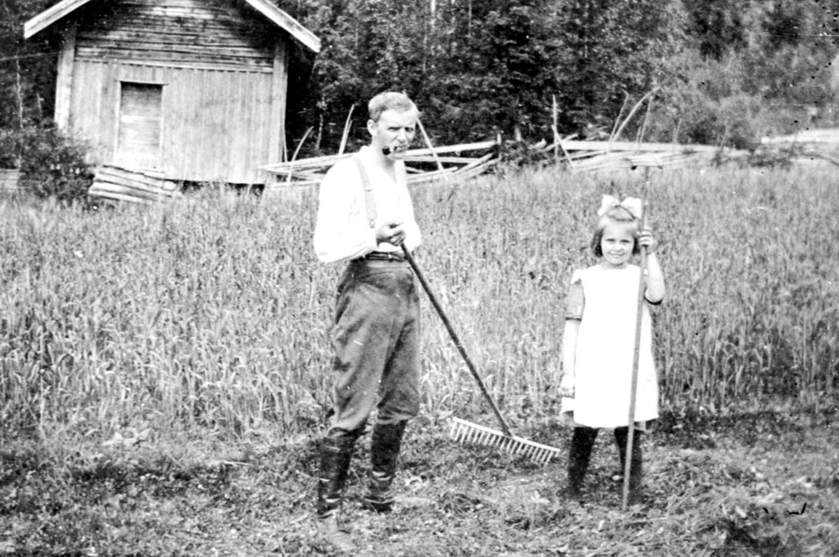 Karl Løken, Tordis Grüner med rive, slåttonn på Harkerud gård, Mesnalia, Ringsaker.