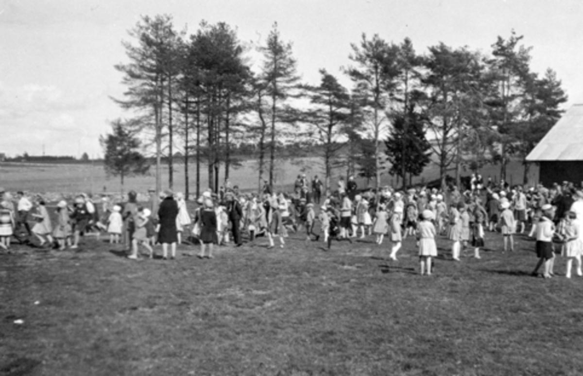 17. mai feiring på Skurven, Helgøya. Folk samlet seg her til sang, musikk og lek etter gudstjenesten i kirken.