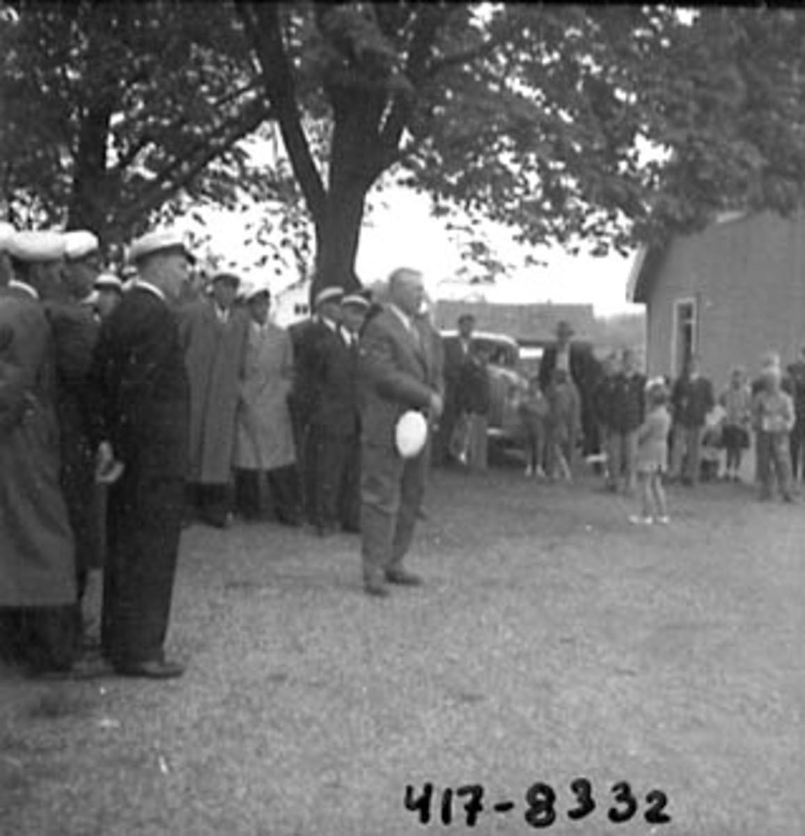 SANGERSTEVNE I PINSEN 1953, SANGERE SAMLET BAK TINVOLL
