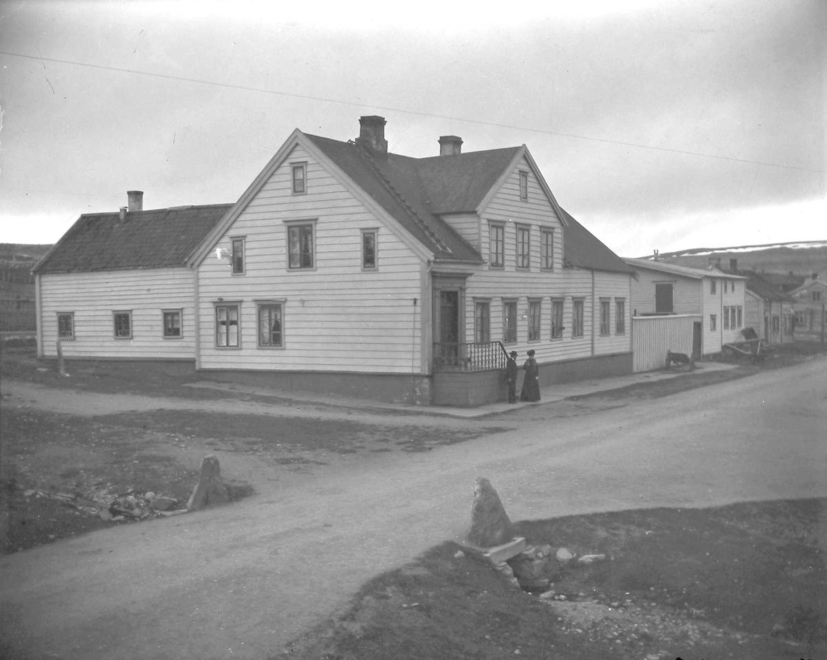 Esbensengården på Sletten ca. 1900. To personer foran gården.