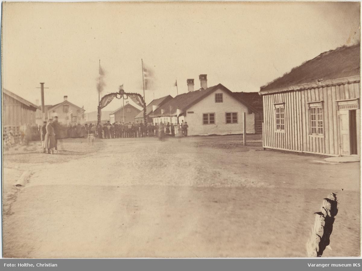 Folkemengde ved Vardøhus Festnings hovedport, tatt i forbindelse med Oscar IIs besøk i 1873